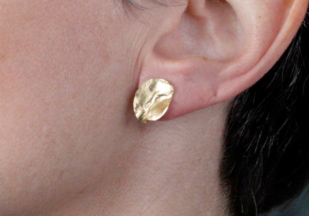 pendientes bañados oro 24Kt modelados artesanalmente en nuestro taller de joyería de Madrid.